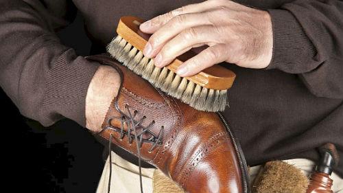 Hướng dẫn vệ sinh giày tây nhanh không gây hư da